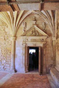 Porte qui ouvre sur la mairie