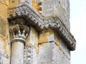 détail de l'ouverture du vitrail central de l'abside