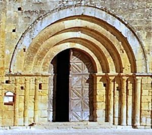 Le portail à 3 voussures supportées par 3 colonnettes
