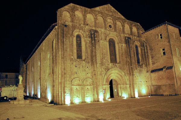 La facade de l'abbatiale de Cadouin de nuit.
