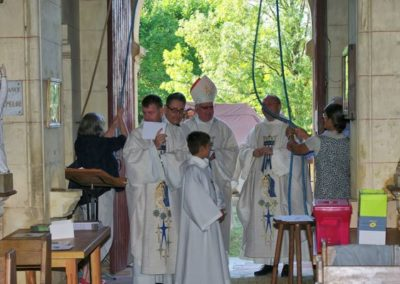 Les jeunes sonnent les cloches pour annoncer la messe