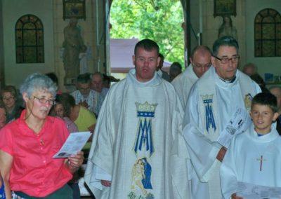 Dans la procession d'entrée le père Xavier JAHAN jésuite