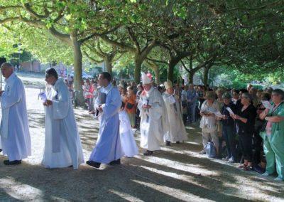 Les célébrants suivis des 2 évêques