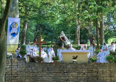 Le clergé et les servants de messe autour de l'autel