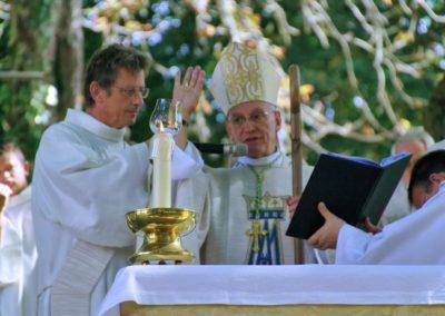 Mgr André MARCEAU évêque de Nice béni les pèlerin