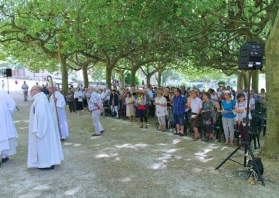 La procession va débutée sur l'esplanade