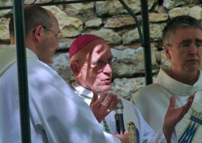 La célébration va pouvoir commencer sous la présidence de l'évêque de Nice