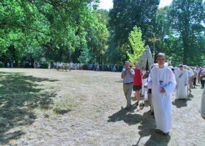 La procession sur la colline sous un soleil de plomb