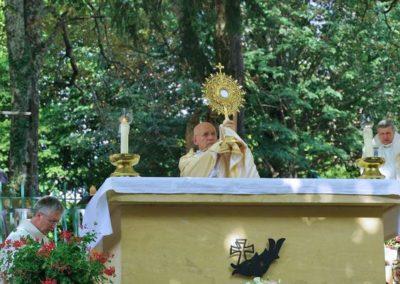 Après un temps d'adoration, la bénédiction du Saint Sacrement