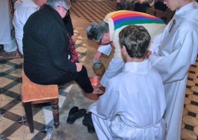 Le prêtre lave les pieds