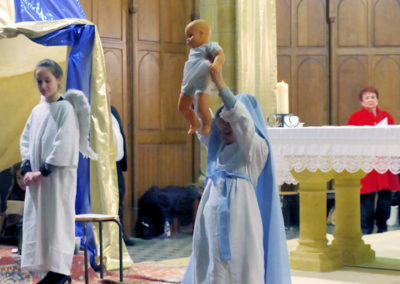 Marie présente l'enfant Jésus