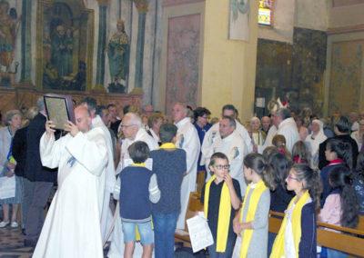 Le clergé dans la procession d'entrée